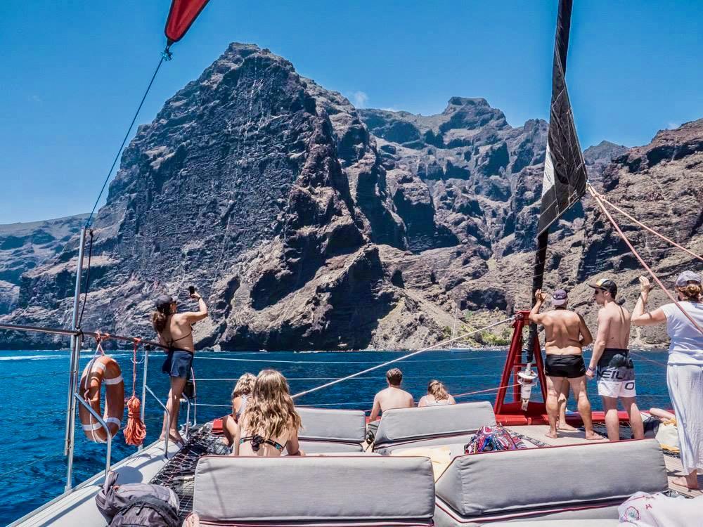 Impresionante vista de Masca y Los Gigantes en una excursión en catamarán