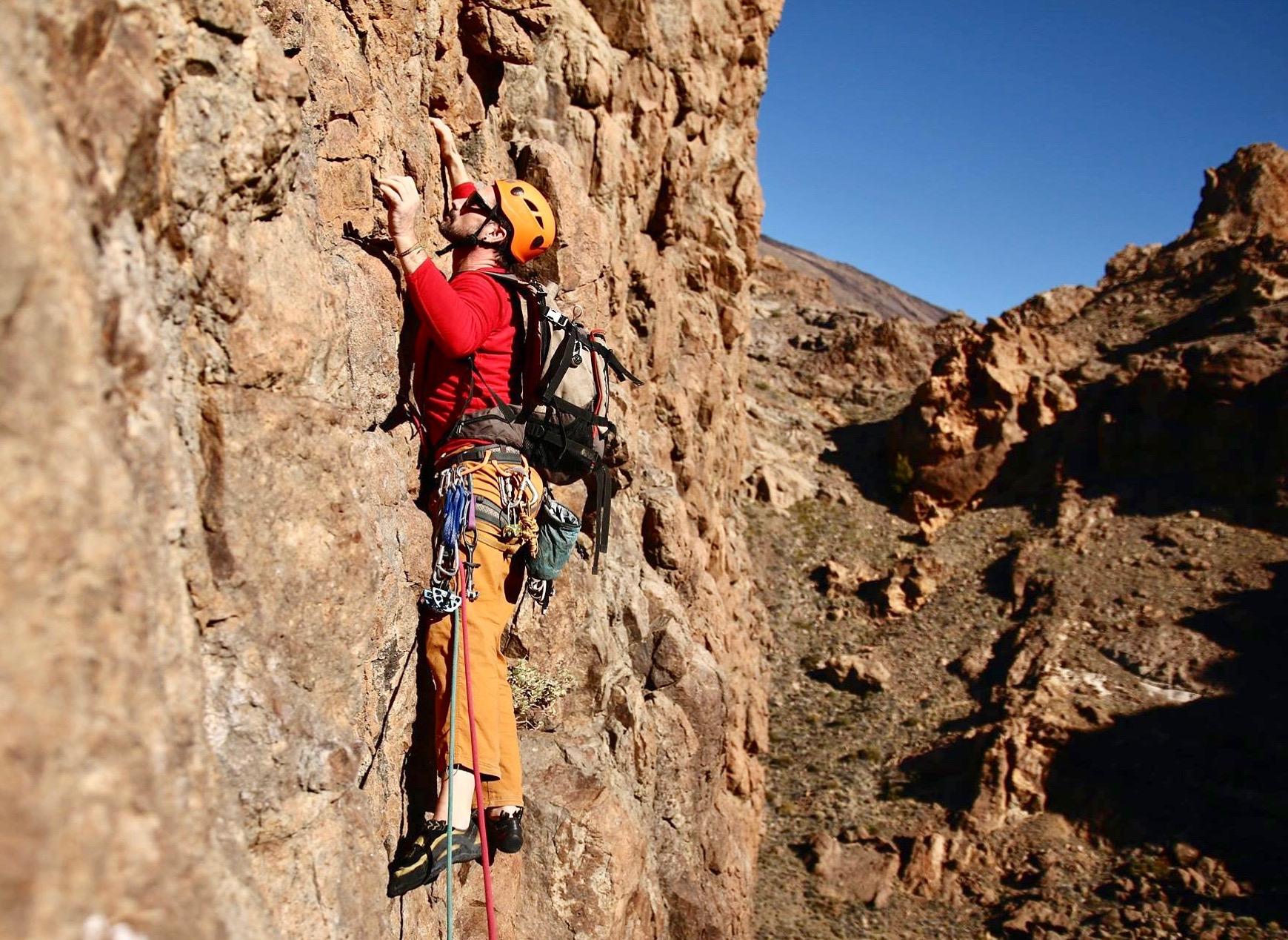 Un hombre escalando un acantilado en el Parque Nacional del Teide