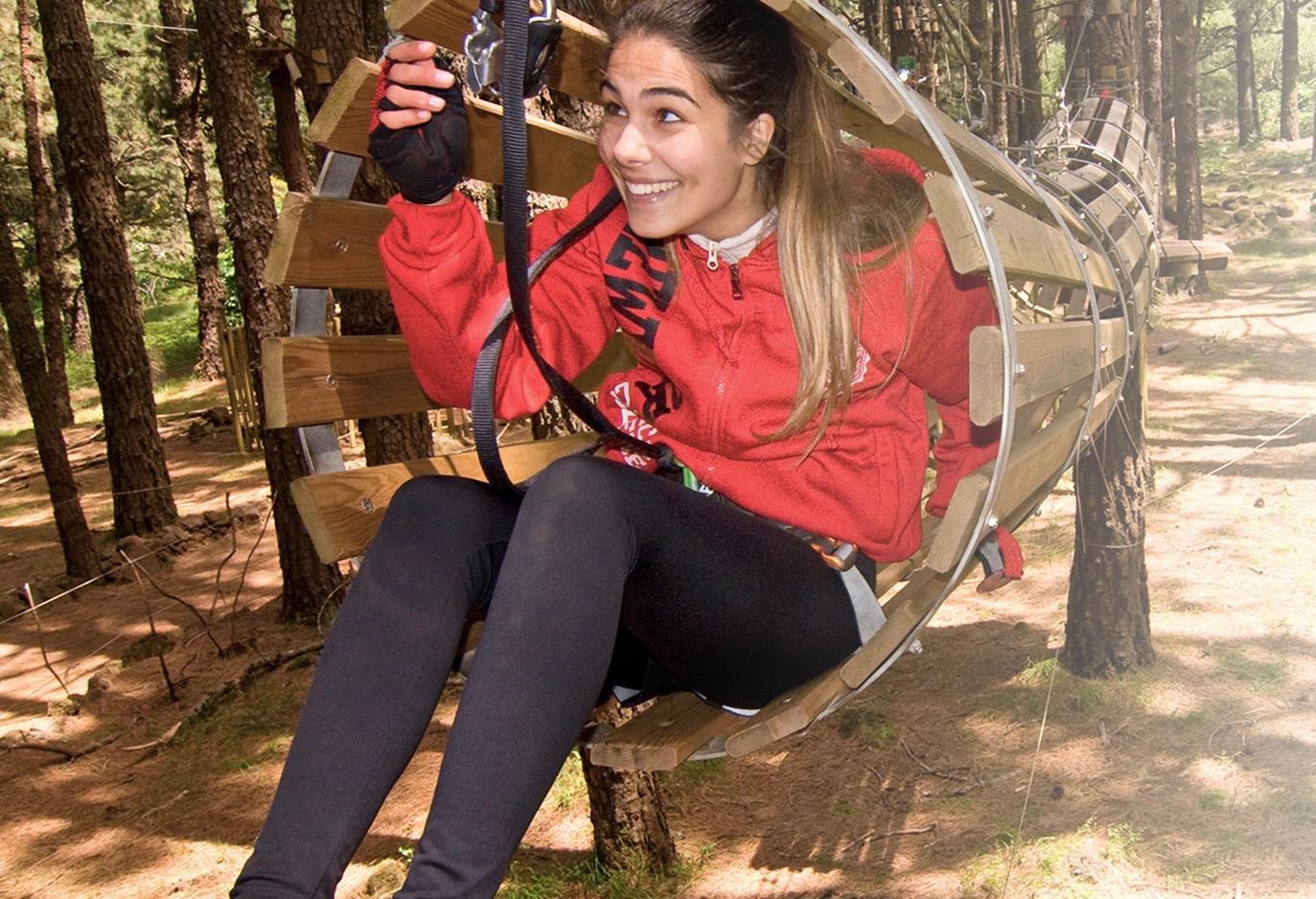 Deportes divertidos al aire libre con varios obstáculos para mantener a todos entretenidos