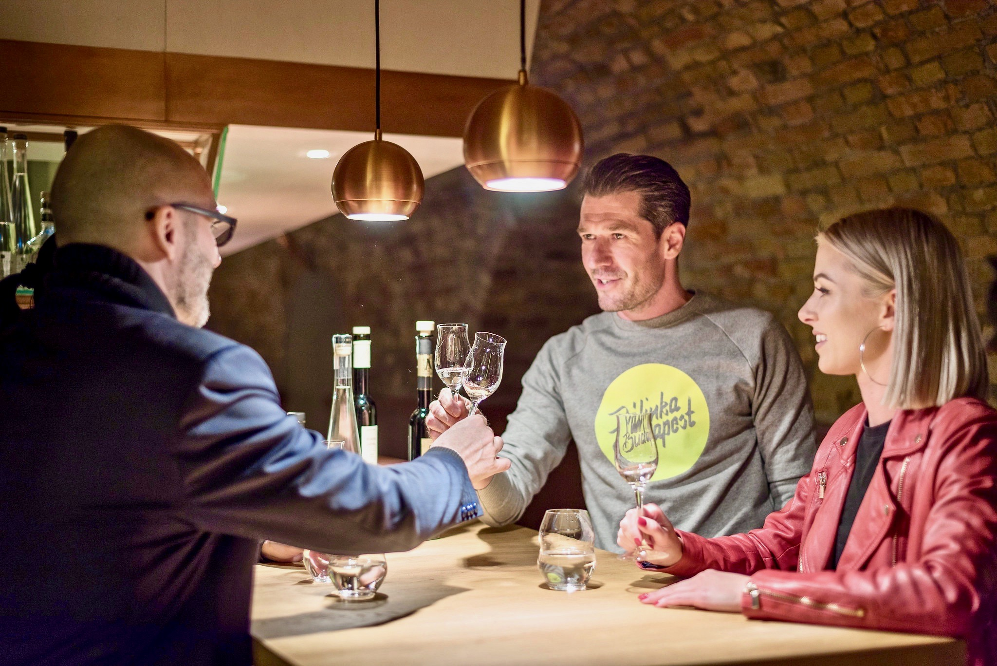 Un experto en Palinka demostrando a los amantes de la gastronomía cómo degustar el brandy de fruta