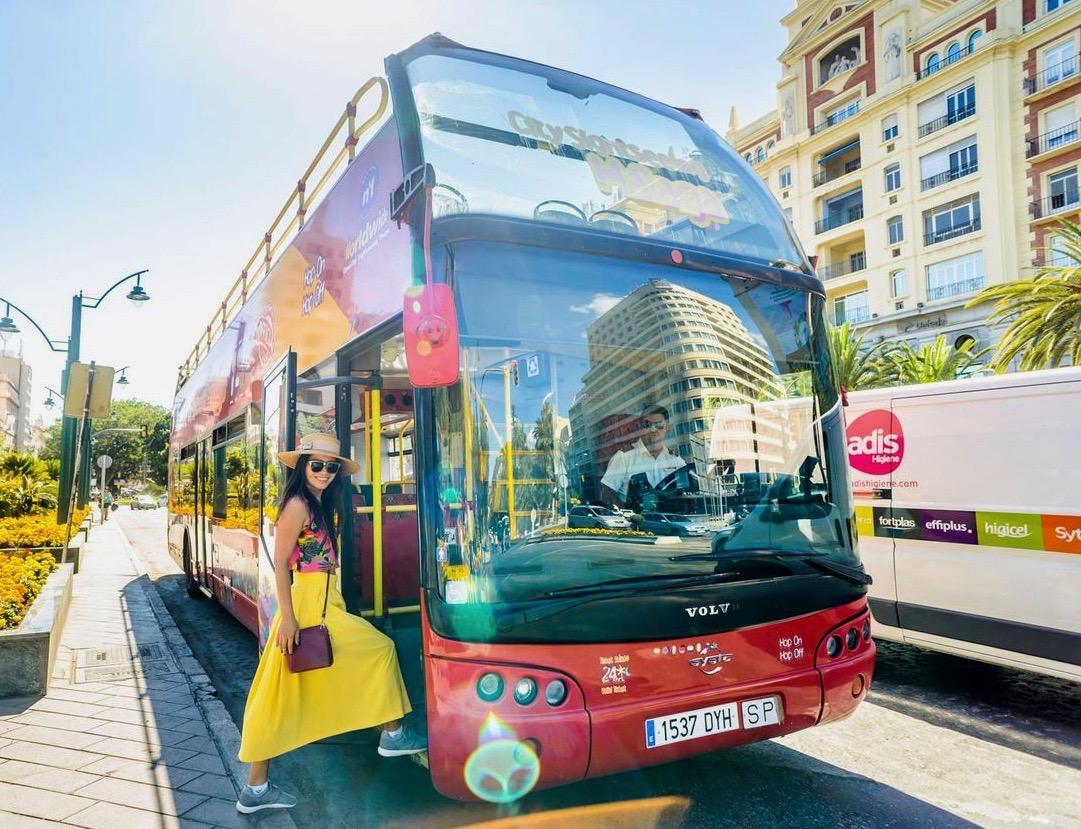 Un turista entrando en el hop on hop off, un autobús turístico en Málaga