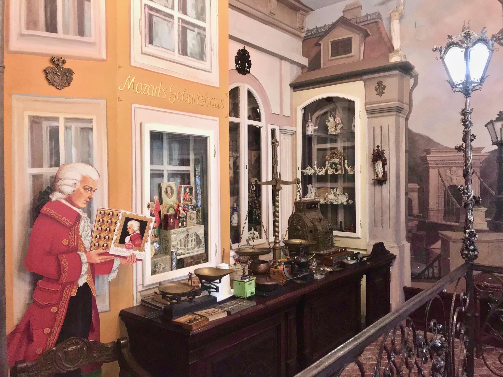 Interior de un museo del chocolate con herramientas de medición antiguas que le transportan a la época de Mozart.