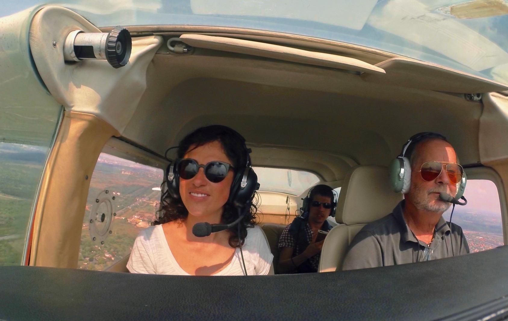 Un piloto de vuelo panorámico con sus invitados sobrevolando la hermosa ciudad de Budapest