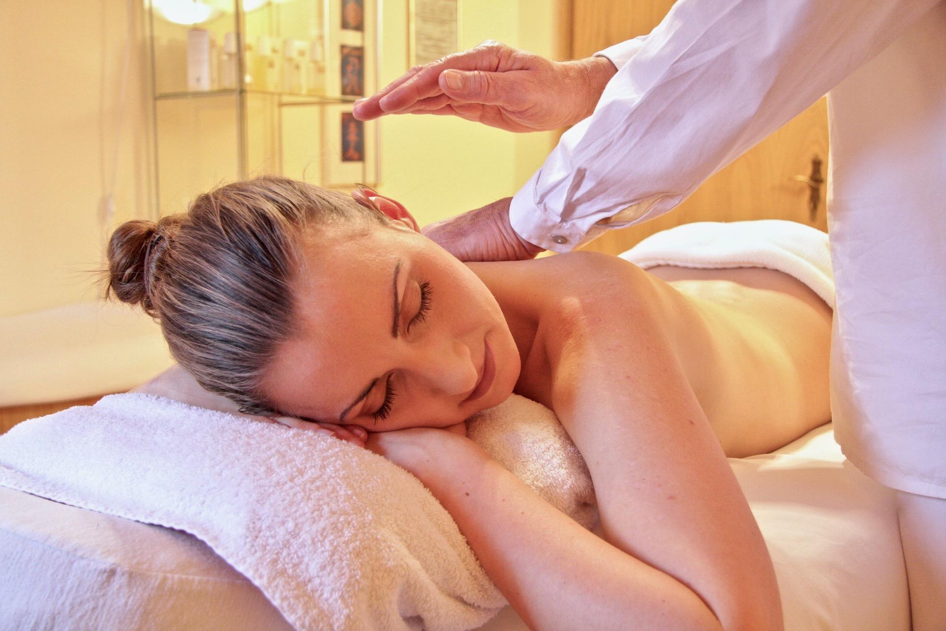 Una mujer se relaja y disfruta de una sesión de spa y masaje.
