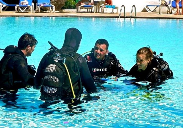 Confined water dive PADI open water course