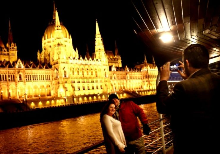 Budapest night cruise with wine tasting