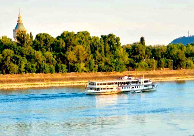 See Budapest landmarks on sightseeing cruise